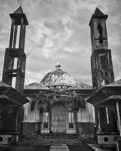 Musholla Tua ---------------------------------- Di penghujung zaman ini Manusia mulai berani Meninggalkan yang diyakini Dan berharap diampuni Lokasi : Kabupaten Barru Sulawesi Selatan Instapinrang Instanusantara Mataponsel Bw WHPLocalLens Device : Asus Zenfone 5