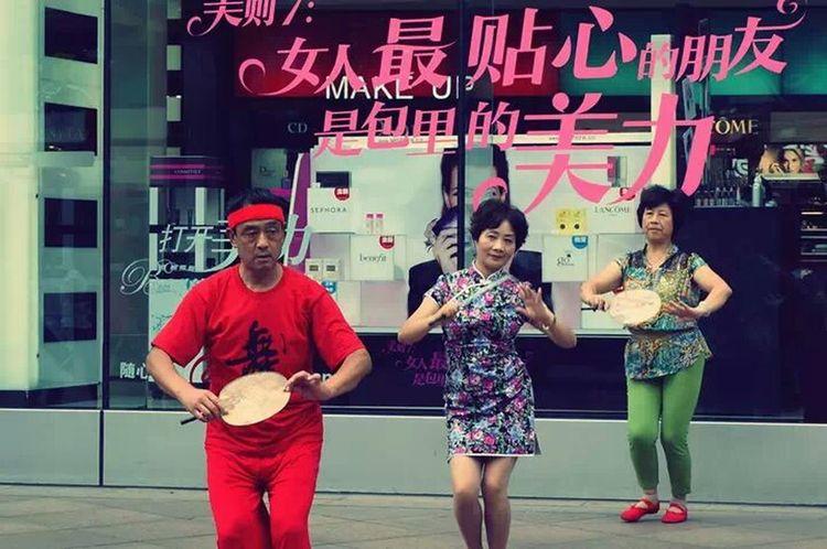 南京西路上的即興表演。