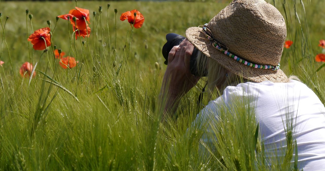 Taking fotos Taking Photos EyeEm Gallery Sunny Day Nature Photography Poppy Flower Close-up Cereal Plant SunhatSelective Focus From My Point Of View Nature Wuppertal Hatzfeld Portrait Of A Friend Poppies In Cereal Field Red And Green Poppy Flowers Enjoying Life Woman With Hat Woman In Poppy Field NRW Feel The Journey Portrait Photography Woman With Camera Women Around The World Sommergefühle