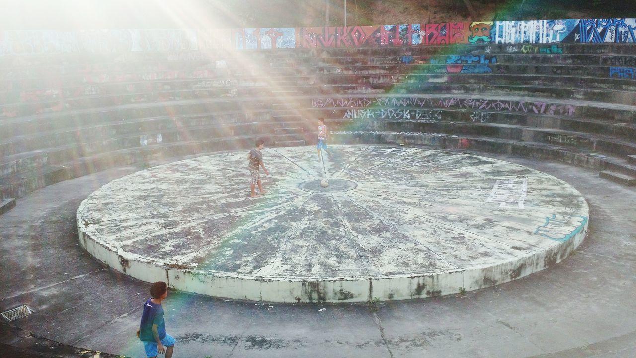 Arena Teatrodearena Meninos Jogandobola Circle Place Brincadeira Tarde  Luz Ação Movimento Moviment Crianças Ball Child