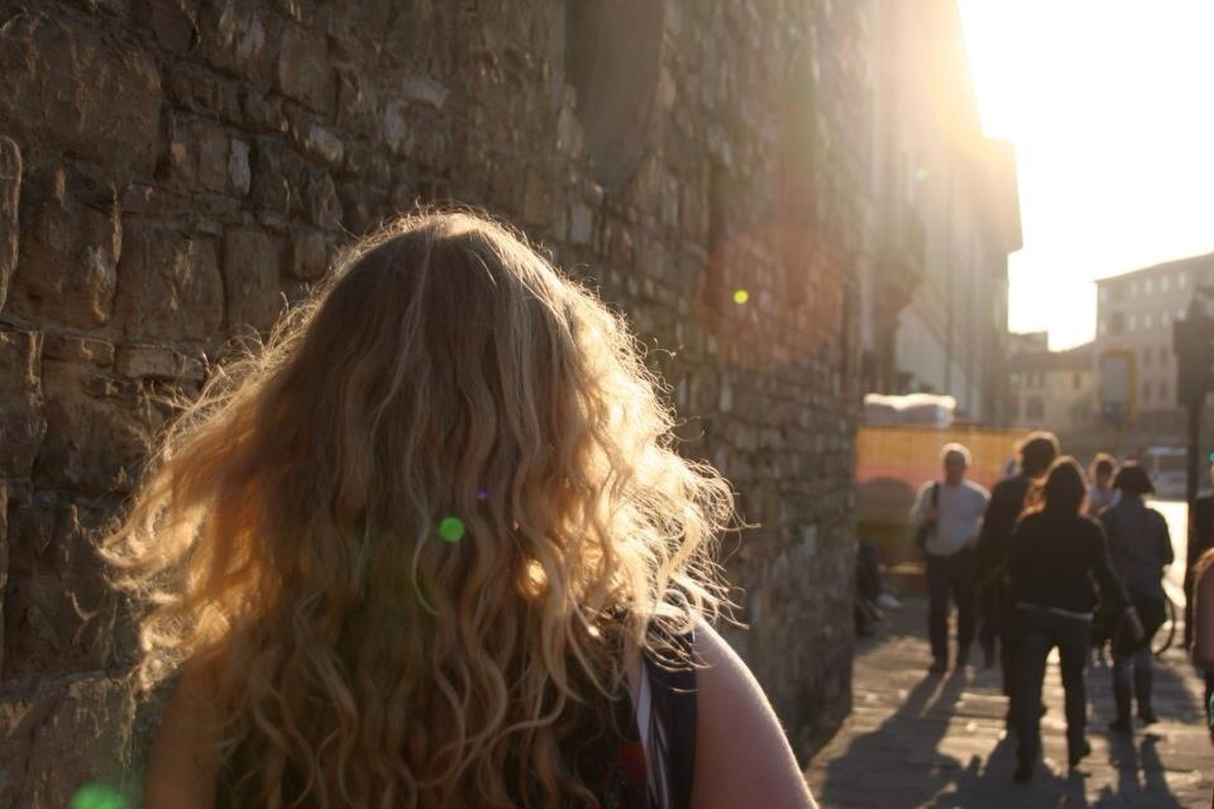 architecture, lifestyles, building exterior, built structure, person, leisure activity, city, street, young women, city life, long hair, incidental people, rear view, standing, men, large group of people, young adult, walking