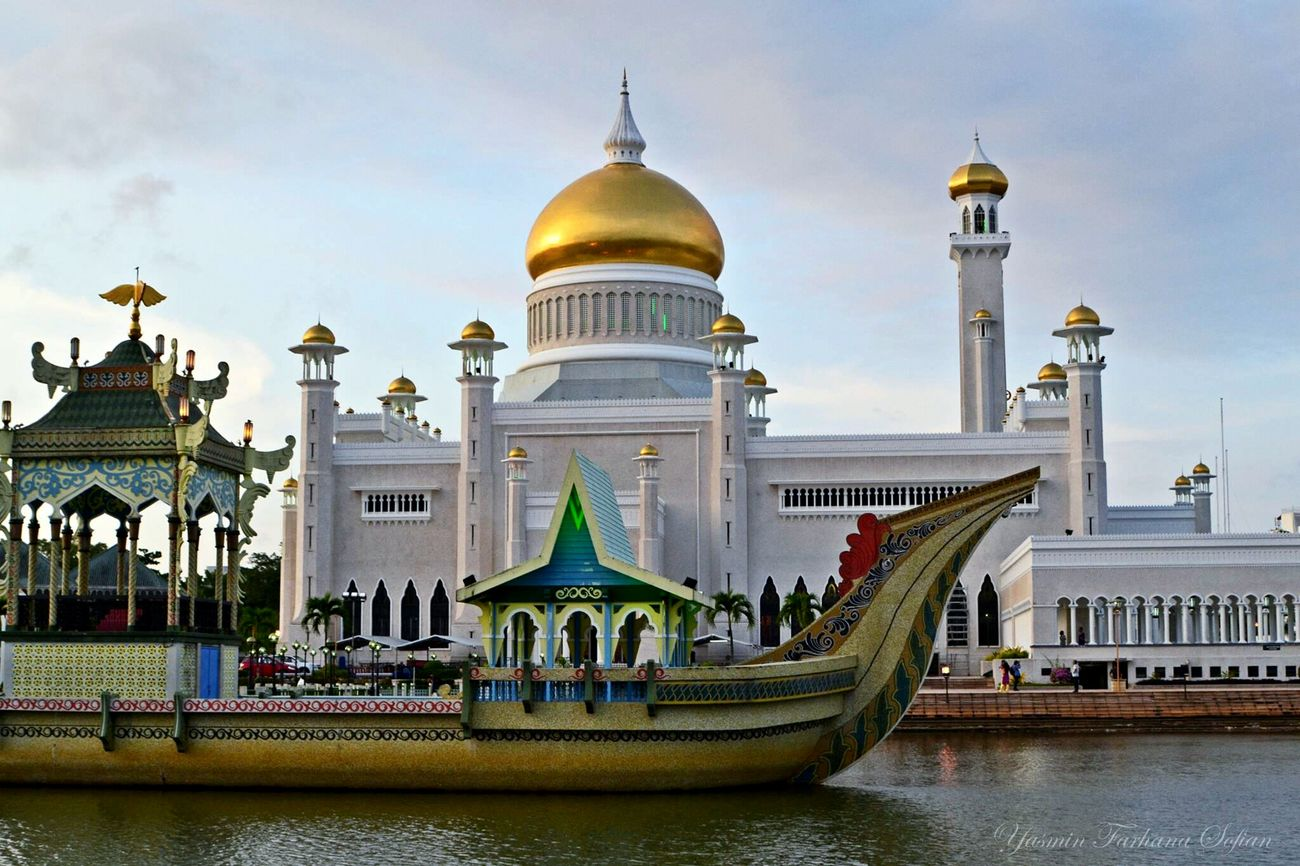 One of the most amazing architecture that you can find in Brunei is definitely the Sultan Omar Ali Saifuddien Mosque where each and every single aspect of the design was made by the Late Sultan himself, making him the Modern Architect of Brunei. Amazing Architecture NikonD3100 Mosque Brunei Darussalam