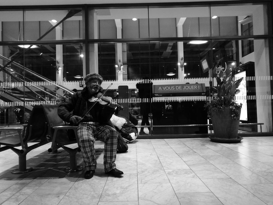 Music Sitting One Person People One Man Only Violonist Violon Sdf Clochard Musician Musical Instrument Noir Et Blanc Noir&blanc Black And White Black & White