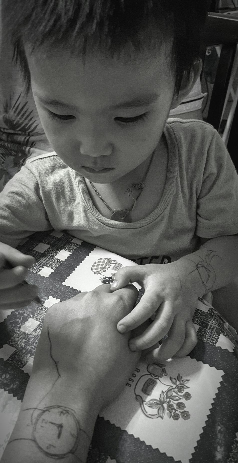 在手上作画 Drawing On Hands Nephew Love Boy Nephew  Drawing One Person Childhood Human Body Part Looking Down Children Only Real People Human Hand Mobile Photography Personal Perspective The Week Of Eyeem Check This Out Fresh On Eyeem  Showcase March EyeEm Of The Week Hello World My Point Of View Black And White Photography Monochrome