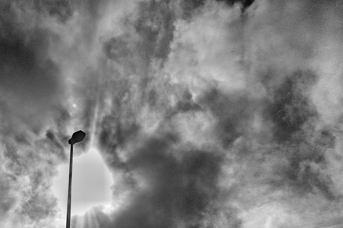 なんだか怪しい空模様………バカな……早すぎる!(;゚ロ゚) Typhoon接近中! Silhouette シルエット部 Eyeem Best Shots - Silhouette Silhouettes Blackandwhite Black And White Clouds Cloud スマホ頑張れ コンデジ忘れた!(T_T)