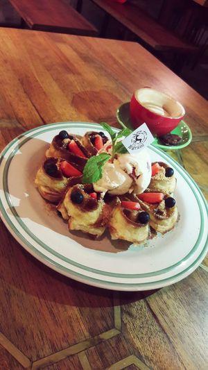 Waffle Food And Drink Food Nicewaffle Wafflewithicecream Yunmyfood Yummydessert Desserts Julietwaffle Strawberrywaffle 10gramcoffeeshop