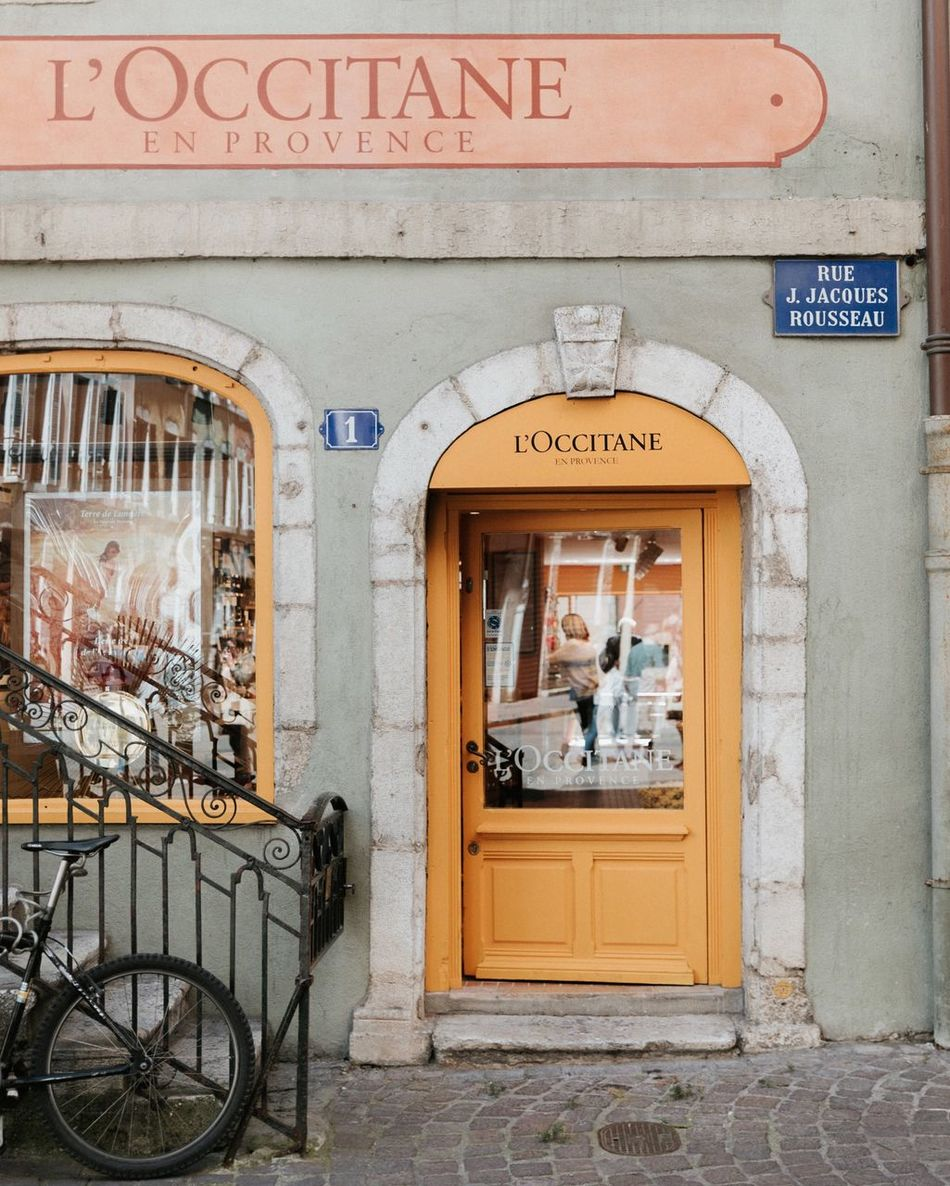 Scrolling in the cute streets of Annecy 💛 Built Structure Building Exterior Annecy, France France EyeEm Best Shots EyeEmBestPics EyeEm Best Edits Street Photography Old Buildings Tourism Leisure Activity EyeEm Gallery Outdoors Reflection Yellow Beauty City City Life