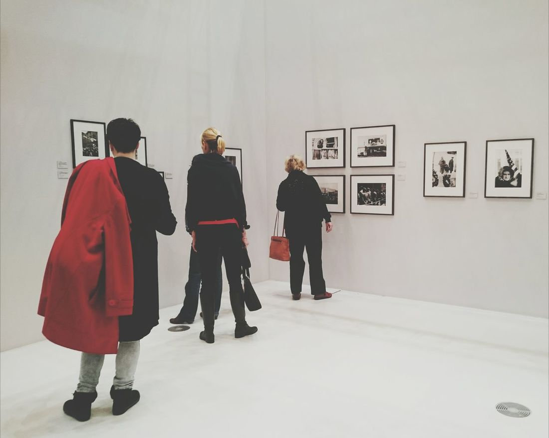 100 Jahre Leica Fotografie. Taking Photos of People Red Contrast Stand Out From The Crowd