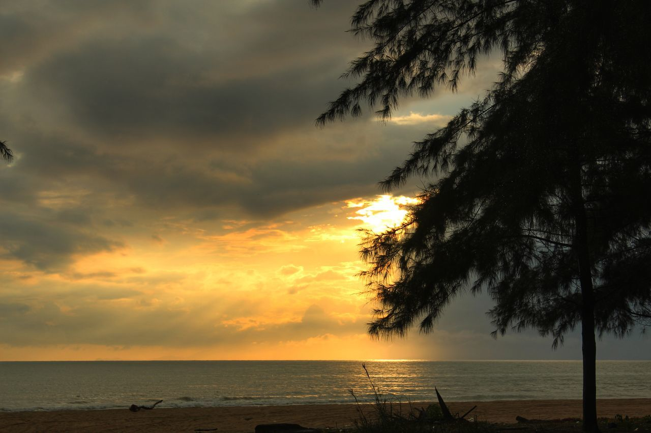 Sunrise Sea Beach Landscape Tropical Climate Sunrise Silhouette Golden Hour After The Rain Stopped