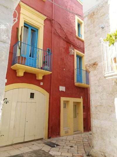 Sunnyday☀️ Colorful Colorfulbuilding Red Blue Yellow Architecture WindowOpenthedoor Italy Built Structure Building Exterior No People Outdoors Door Italia Passing By Look Around  Travel Destinations Entrance Architecture Letstravel Enjoying Life Sunlight