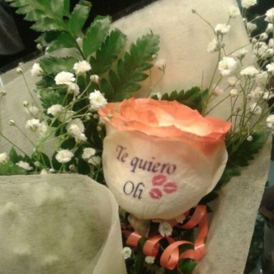 Un envio de una Rosanaranja con el petalo tatuado con una dedicatoria, es una rosa natural.