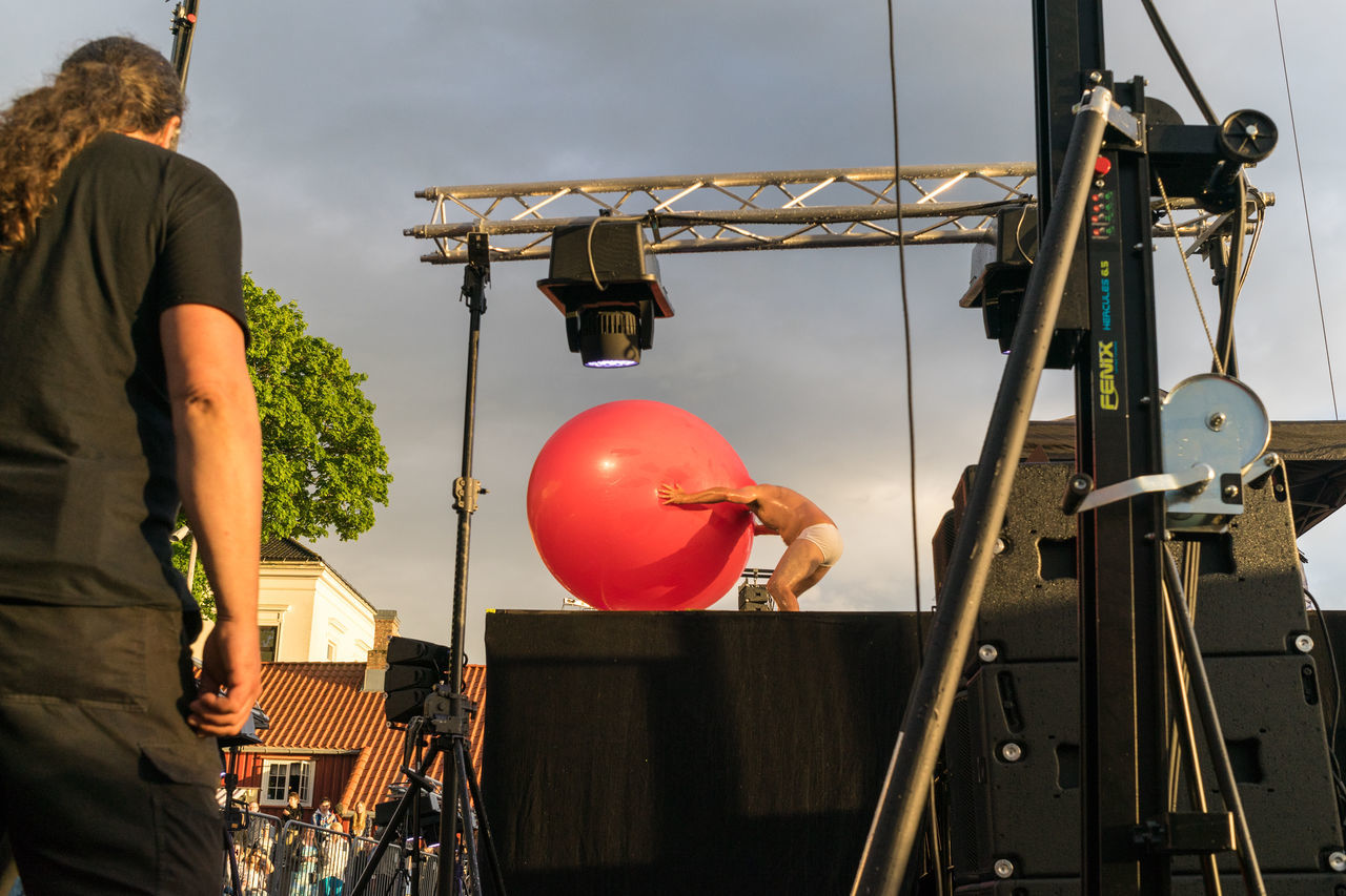 Cool hat :/ Balloon Day Festival Lifestyles Men Norway Norway🇳🇴 Outdoors Pit 2017 Real People Sky Theatre Arts Two People