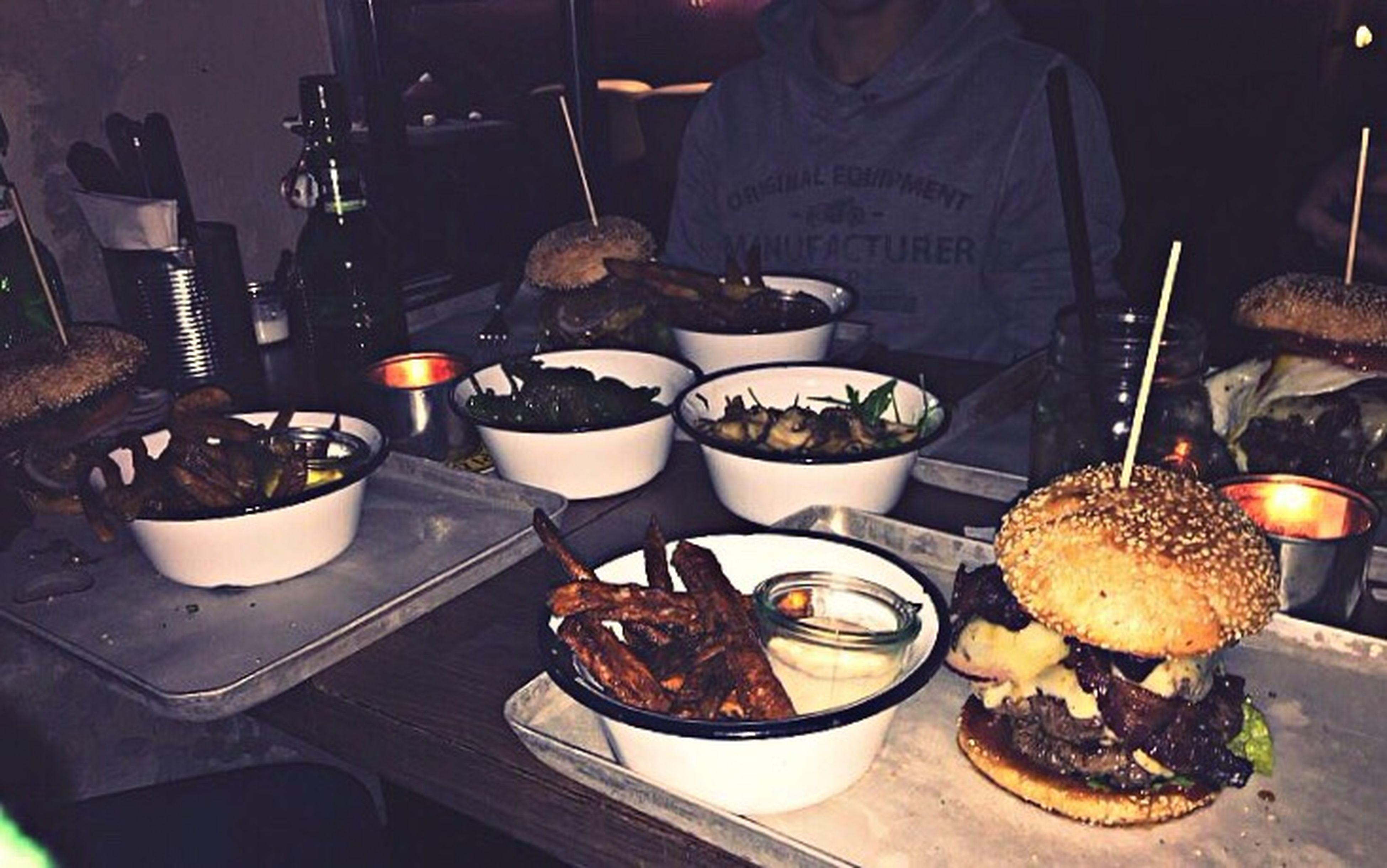 essenfassen... Eat Burger Boooyaah! Friends Dinner Dinner Time Food Foodphotography Frieswithdip DIP Lalalima-primaklima Jalapeños