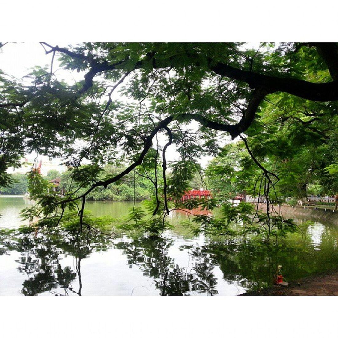 Một góc hồ Gươm, lấp ló xa xa là cầu Thê Húc cong cong như con tôm :3 Hoankiemlake TheHuc Hanoi Vietnam Photo taken by Me