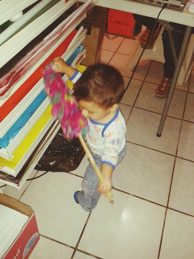 mi ppobre angelito limpiando todo y su abuela atras sentadotaa