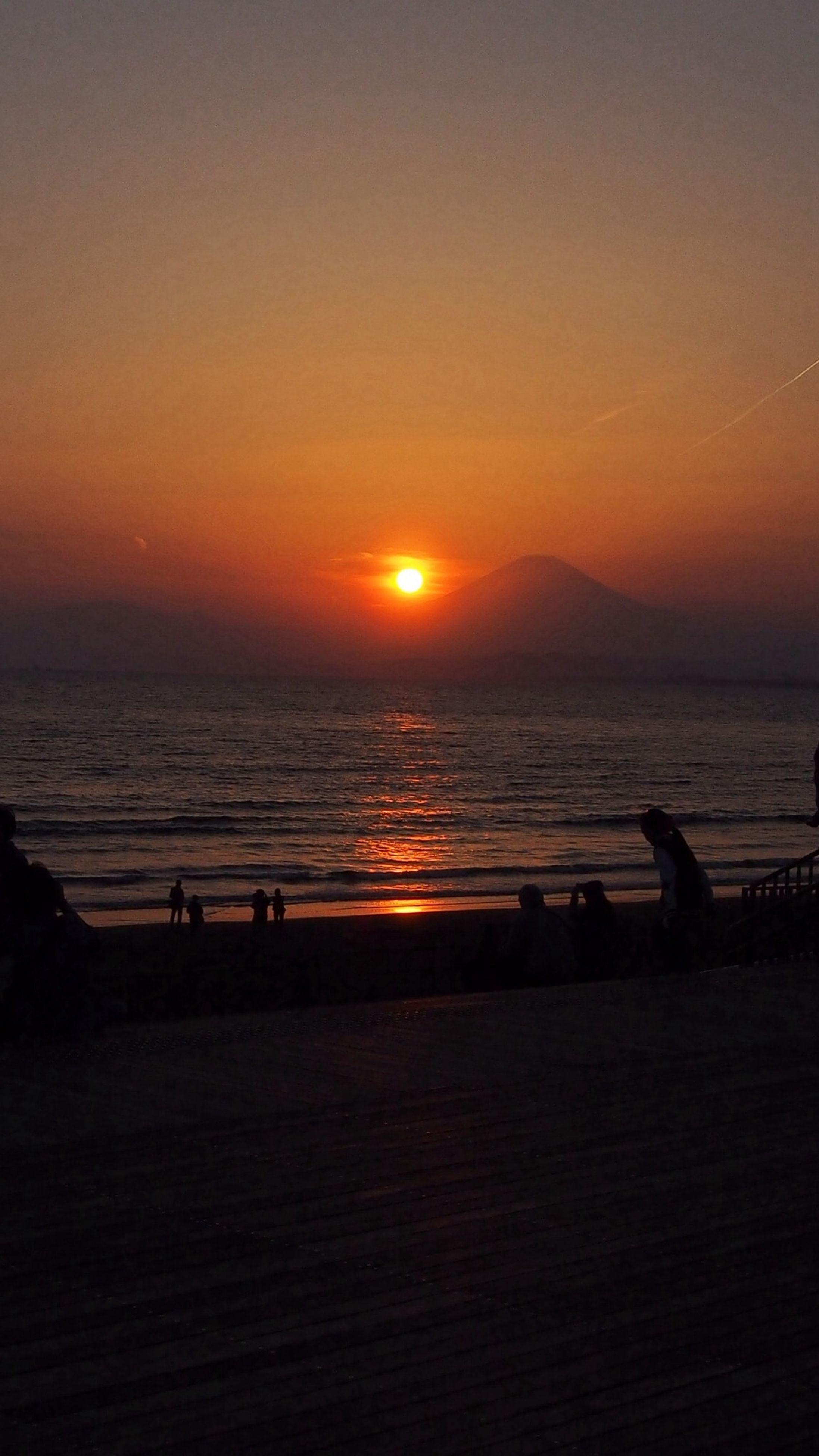 sunset, sea, water, sun, horizon over water, orange color, scenics, beach, tranquil scene, beauty in nature, tranquility, silhouette, idyllic, sky, shore, nature, reflection, sunlight, remote, coastline