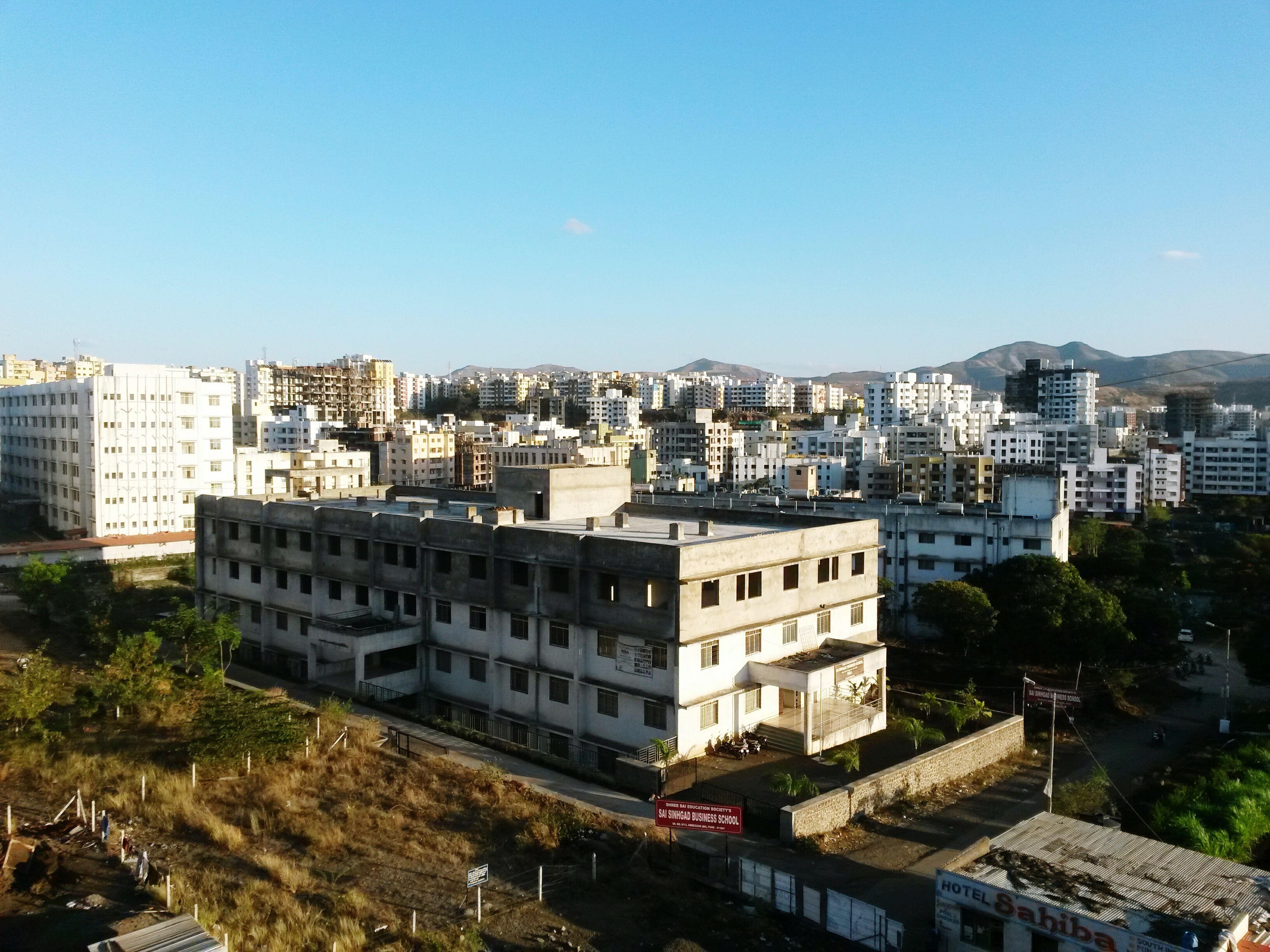 building exterior, architecture, built structure, clear sky, city, copy space, cityscape, residential structure, residential district, residential building, crowded, high angle view, tree, blue, house, city life, building, day, outdoors, town
