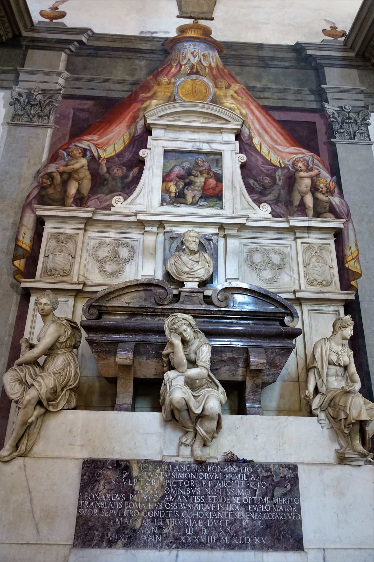 Santa Croce Architecture Art And Craft Basilica Di Santa Croce Built Structure Burial Site Day Female Likeness Franziskaner History Human Representation Indoors  Male Likeness Michelangelo Buonarroti No People Place Of Worship Religion Sculpture Spirituality Statue Tomb Of Michelangelo Tourism Travel Destinations