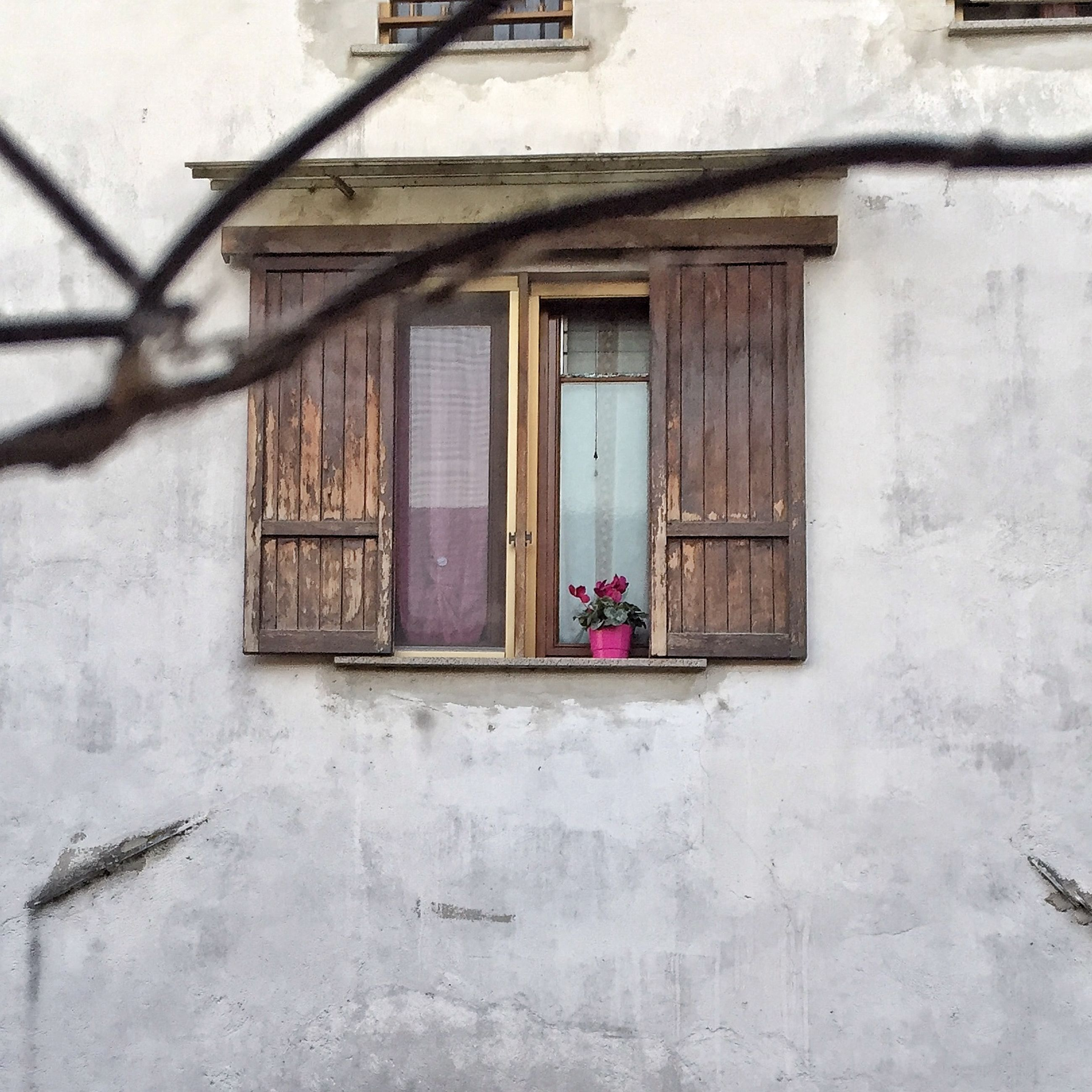 building exterior, architecture, built structure, window, house, door, residential structure, residential building, closed, day, wall - building feature, building, outdoors, wall, no people, abandoned, entrance, old, hanging, sunlight