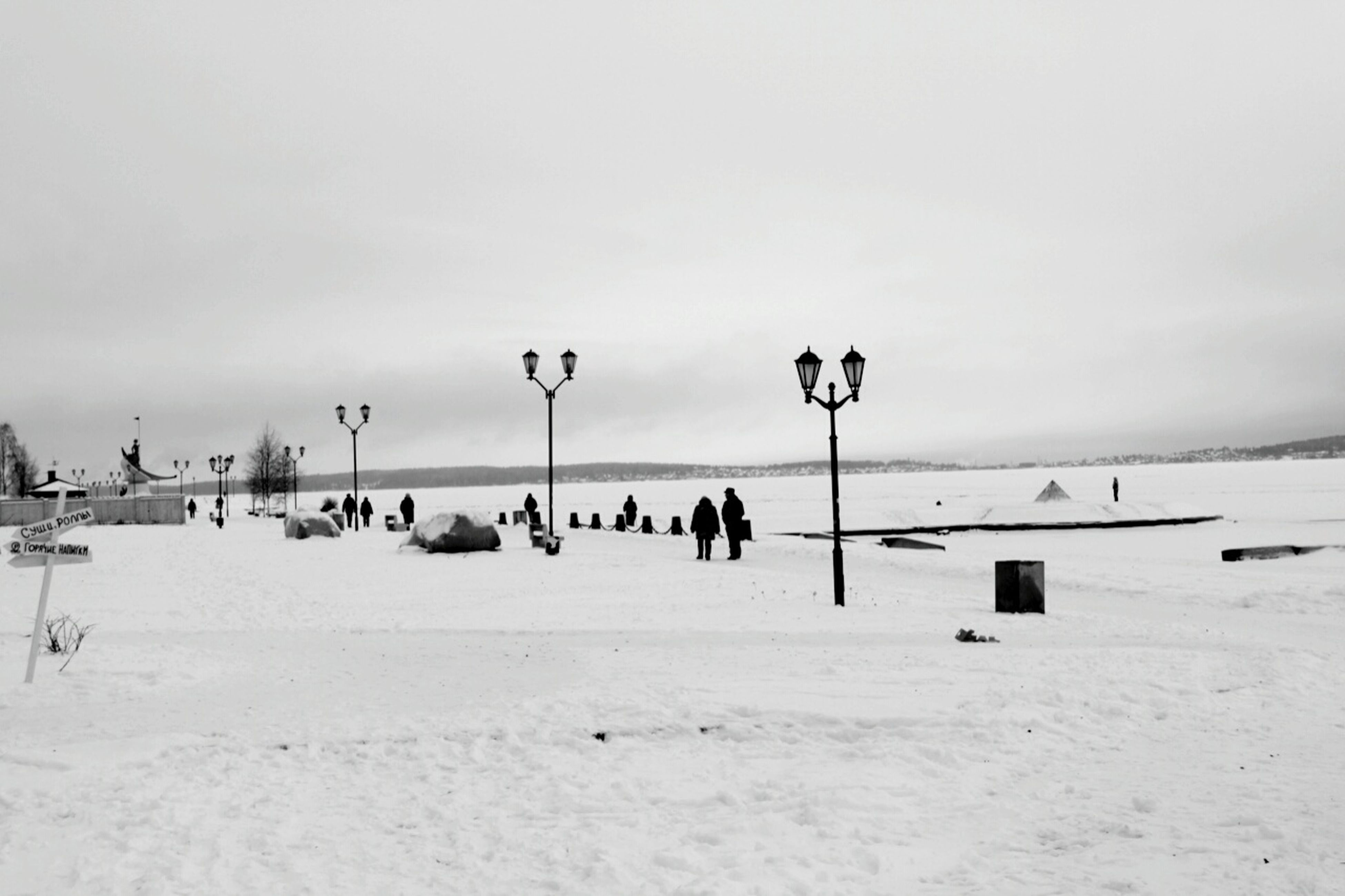 winter, snow, cold temperature, beach, sky, weather, large group of people, tranquil scene, tranquility, sea, nature, scenics, beauty in nature, men, horizon over water, copy space, season, sand, leisure activity