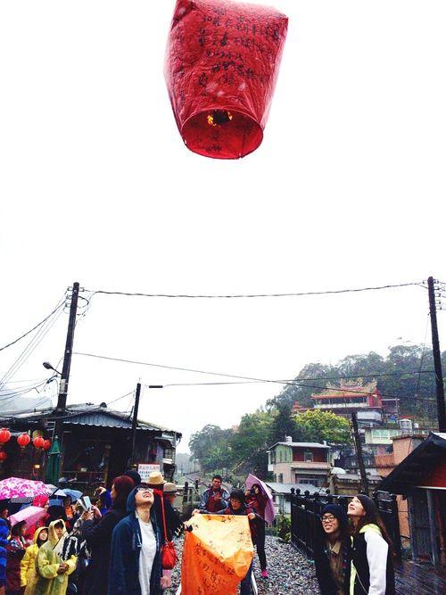 The Street Photographer - 2016 EyeEm Awards 15.01.30 이묵화 Taiwan 睡到自然醒,前一天就討論好要去哪嗎?感覺不是我們會做的事哈哈大笑,反正我們去平溪放天燈,雖然微漂雨,還亂寫一堆,還把我們拍的很醜,天燈還不太會飛,但希望我們的願望都會實現,還一起寫了明信片,就這樣回台北,去東區吃拉麵,隨意逛,是隔天又一起吃飯?已忘記了。