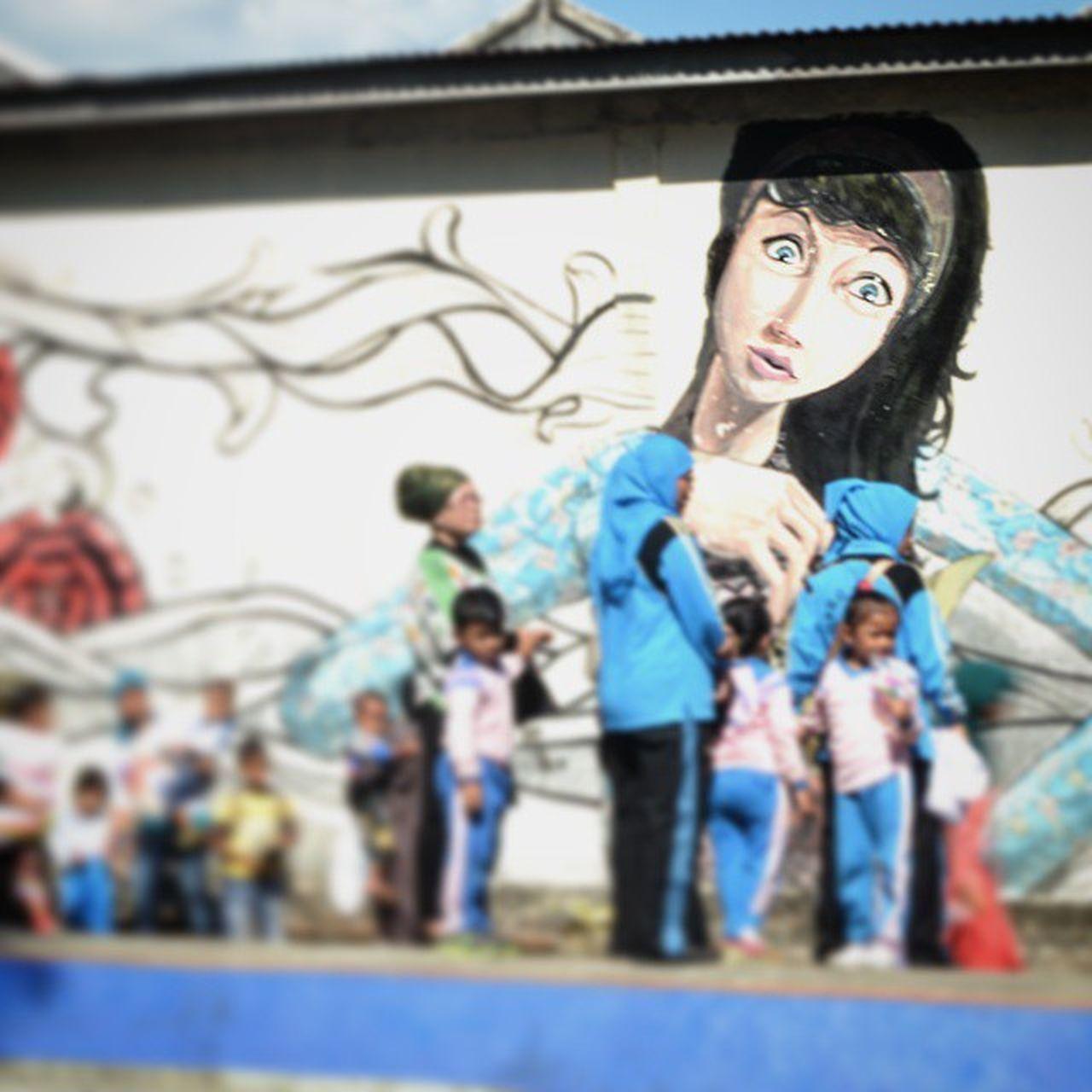 Lukisan dinding kota.. Belajarmotret Gravity Humaninterest Hipaae Hipasnap Traveling Home For The Holidays