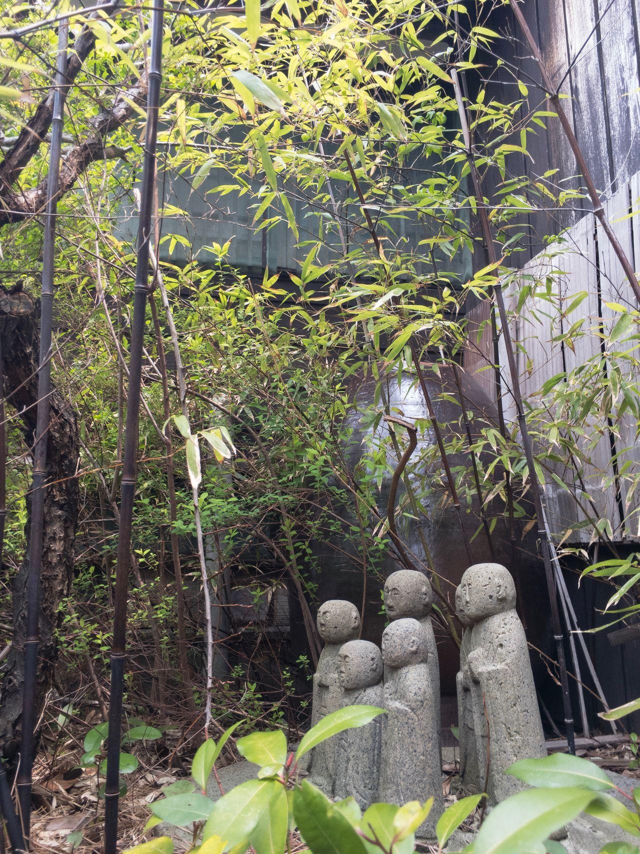 昔の石臼の上に石のお地蔵様。 Doso-shin Japanese Shinto Deity Traveler's Guardian Deity. Jizo Japanese Culture Japanese Style EyeEm Gallery From My Point Of View Niigata 新潟 Carving - Craft Product Stone Statue 地蔵