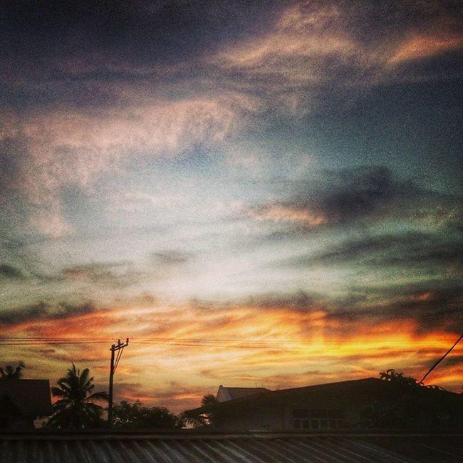 """""""The whole earth sings of His glory."""" Bangon na! May magandang plano ang Lord sa'yo ngayon. Maayong aga, Pilipinas! :) Blessedbe Sunrisetoday Sunrise"""