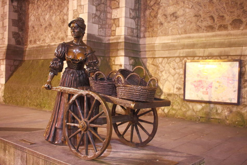 Architecture Built Structure Dublin EyeEm City Lover EyeEm City Photography Ireland🍀 Land Vehicle Molly Malone Nightphotography No People Outdoors Statue