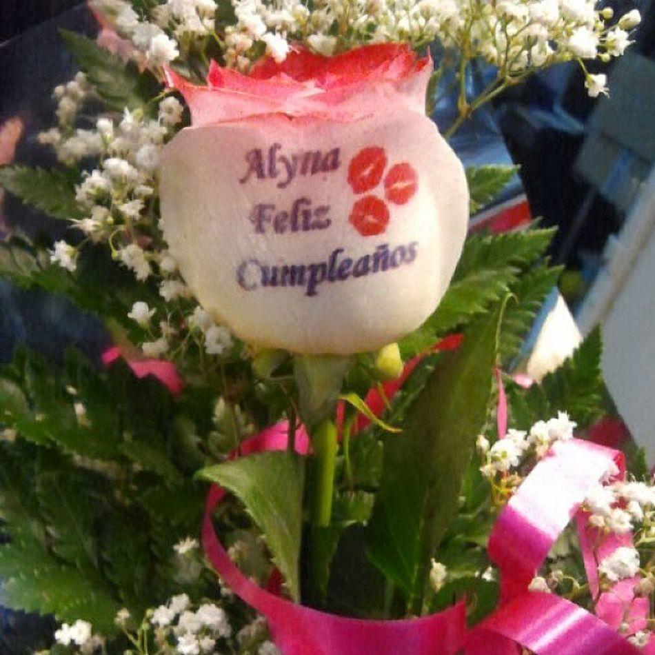 Fijaos que forma mas original de felicitar un cumpleaños, con una rosa natural tatuada en el petalo. Www.graficflower.com RegaloDeCumpleaños Regalodeaniversario Regalooriginal Regalos Regalopersonalizado Ramodeflores  Ramoderosas Ramosderosas Rosaadomicilio Rosaspersonalizadas