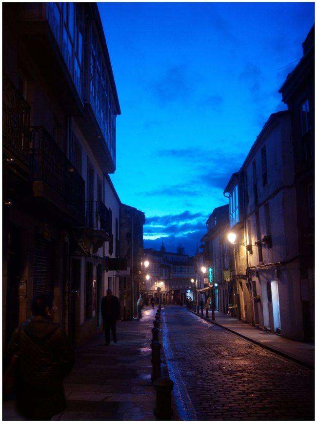 Belo San Pedro nesta tarde invernal en Santiago de Compostela. Santiago De Compostela Rua De San Pedro Anochecer Anoitecer Azul Azuis Azules Empedrado