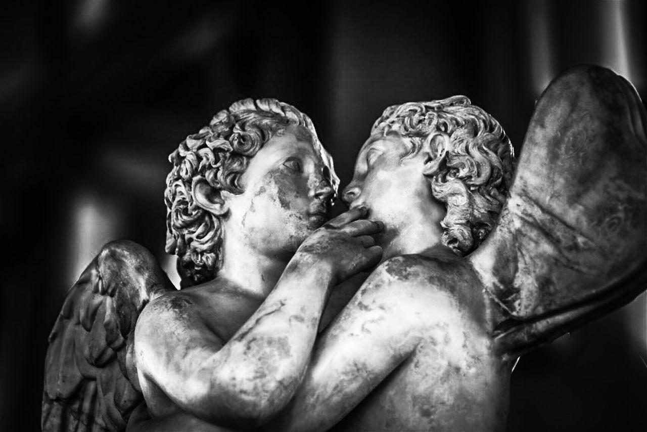 E Psiche corse il rischio: vivere una vita da farfalla, breve come un soffio, pur di incontrare le labbra di Amore Blackandwhite Statue Marble Art ArtWork Love Kiss Taking Photos EyeEm Best Shots