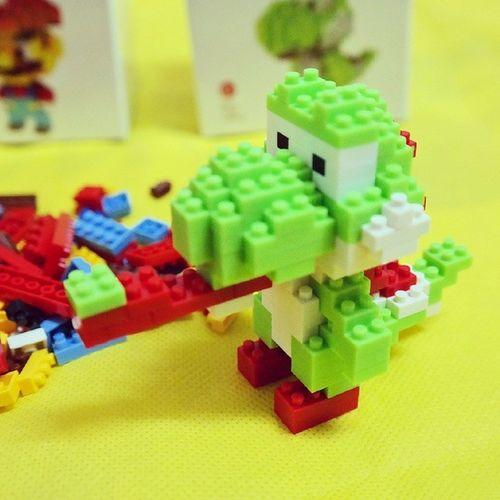 ของเล่นใหม่ ต่อสนุกดี เหลือมาริโอ้อีกตัวนึง(ที่กองอยู่ข้างๆ น่ะแหละ) ต่อเสร็จชิ้นส่วนเหลือบาน(เลยเอามาทำเป็นลิ้นซะเลย) ไม่ใช่ของแท้ Microlego Mario Yoshi Nintendo