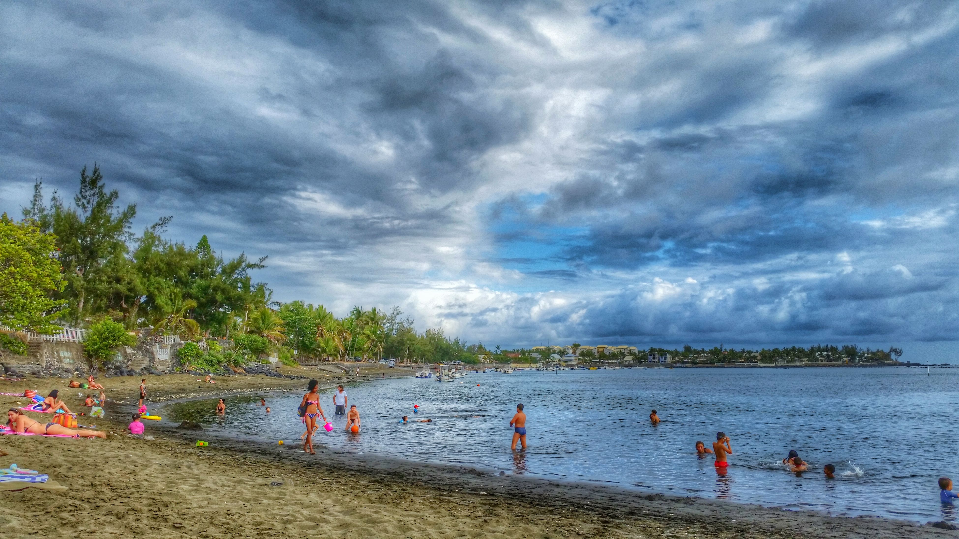 water, sky, beach, cloud - sky, sea, large group of people, lifestyles, leisure activity, cloudy, shore, vacations, mixed age range, beauty in nature, nature, scenics, person, enjoyment, tranquil scene, tranquility
