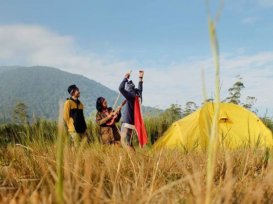 If you stand still like that, let's dance together Dance Outdoor Helloworld Mountains Instatravel Instalove Adventure Travell Vscocam VSCO Music Iphonesia Photooftheday Instamood Intagood Love Travel Culture Beautyindonesia KelilingIndonesia Kamerahpgw Instanusantara Pahlawan Caving River indonesia