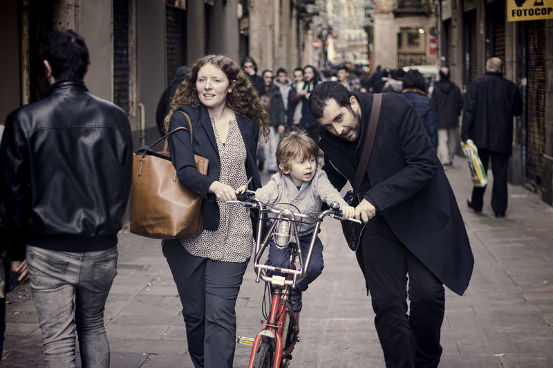 Barcelona Streetphoto_color Street Portrait Family Real People Street Photography Streetphotography Streets Of Barcelona That Moment Vignette Vinete Young Family