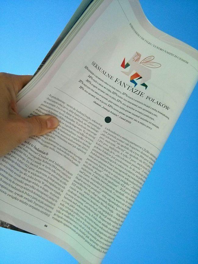 Reading Magazinein the Summer Zwierciadlo