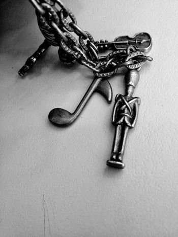 Souvenir Llavero Recuerdo Small Beautiful Metal Soldier Soldado Violin Deceptively Simple