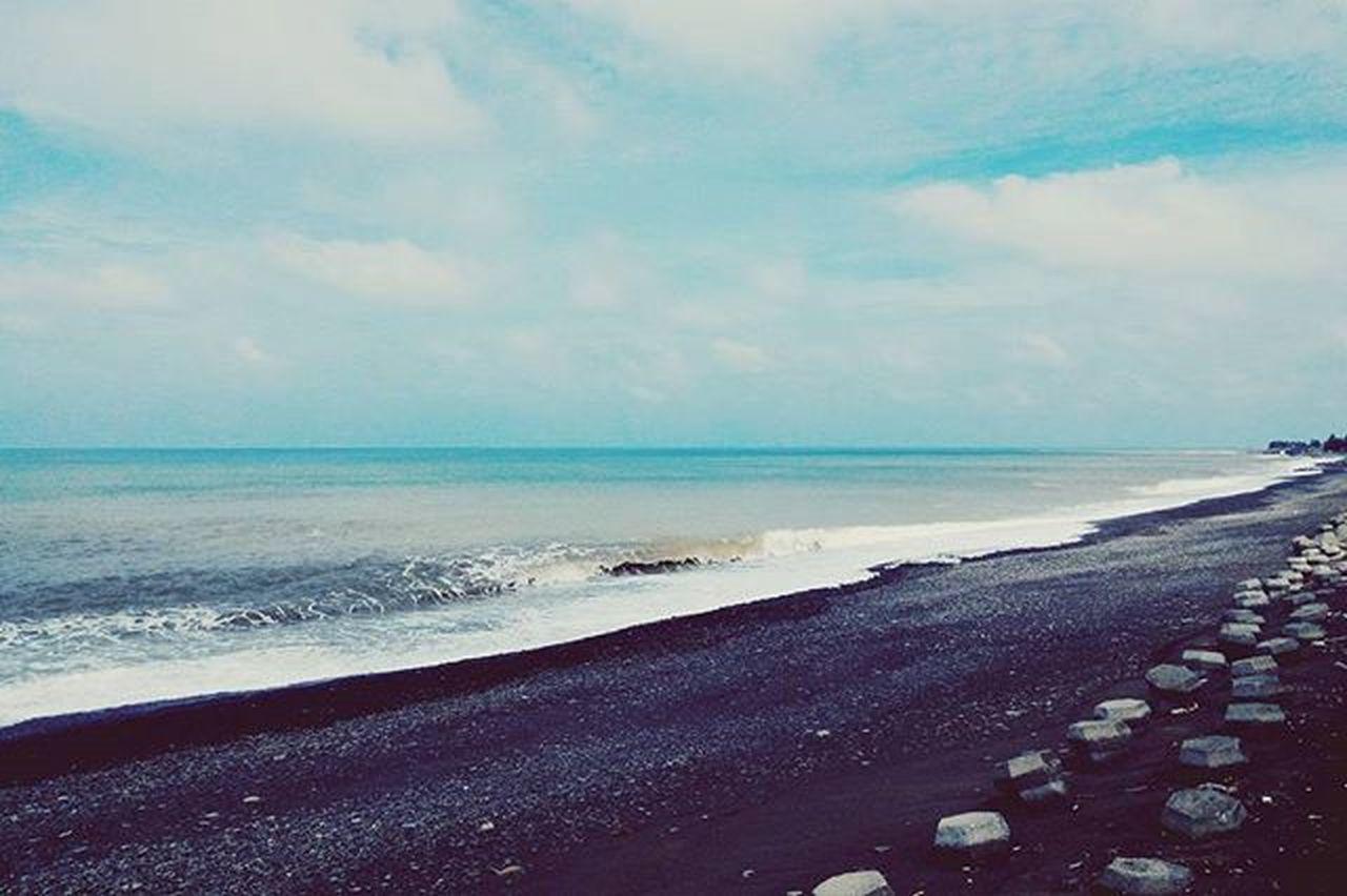 不管是為了追求浪漫,拍張照片或自我沉寂或等待日出,突然好想去海邊。 Vscocam Instagood Instadaily Beach Taipei Taiwan Phtooftheday Xhinmania
