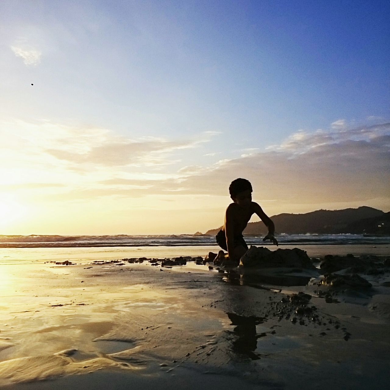 sea, water, real people, beach, sky, one person, standing, leisure activity, beauty in nature, scenics, full length, nature, silhouette, lifestyles, horizon over water, cloud - sky, men, sunset, outdoors, day, people