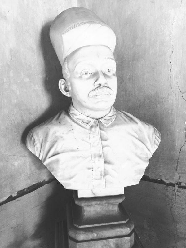Smart Simplicity Bust  Marble History Burnt Oversaturation Parsi Zoroastrian Pioneer South Mumbai