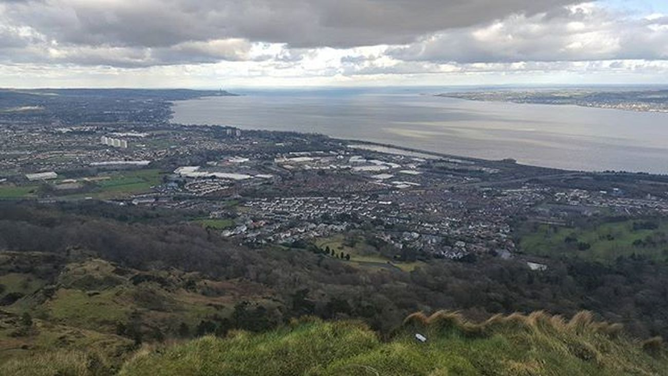 And view it was worthy 😍 Belfast Irland Visitni Visitbelfast Instabelfast Latergram Vscocam VSCO Vscoirland DiscoverNI Cavehill Pointofview View Onthetopoftheworld