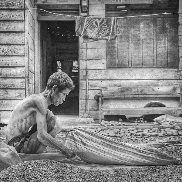 B&w Street Photography Humantinterest Bw menjemur padi