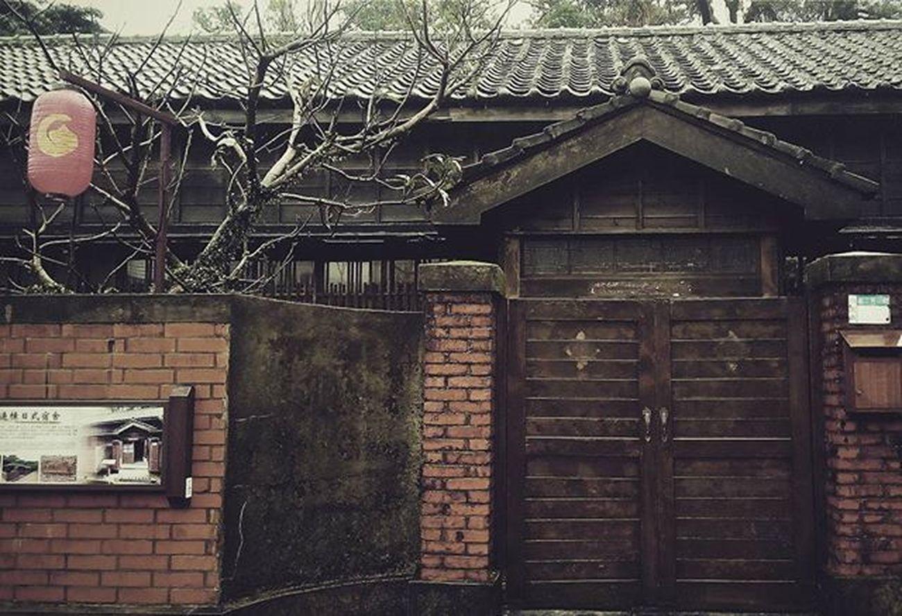 其實, 這樣也很美。 濛濛細雨中, 路上經過以前舊日式宿舍, 想像, 從前的人們, 進出的模樣...... 金瓜石 黃金博物館 日式宿舍 Myfamily Holiday Fullofpeople Fulloflife RainyDays Taipei Jinguashihgoldmuseum Jiufen