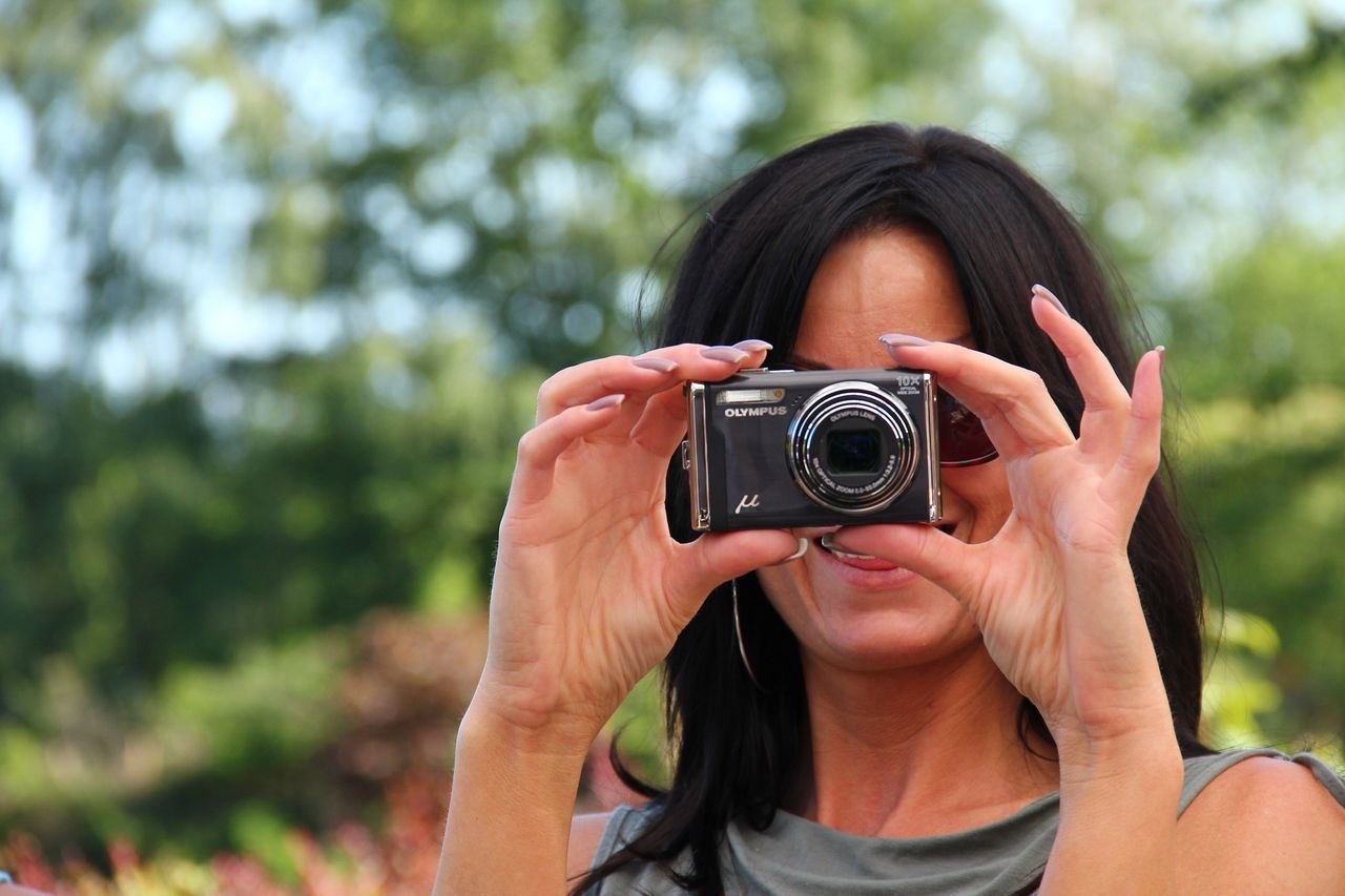The Purist (no Edit, No Filter) Showcase: February Woman People Photography Portrait Portrait Of A Woman Outdoor Photography Outdoor Selective Focus Colourful Camera Fun Hands Hands At Work Black Hair Keep Smiling Street Photography Friends Summer Happy People The Tourist Lieblingsteil