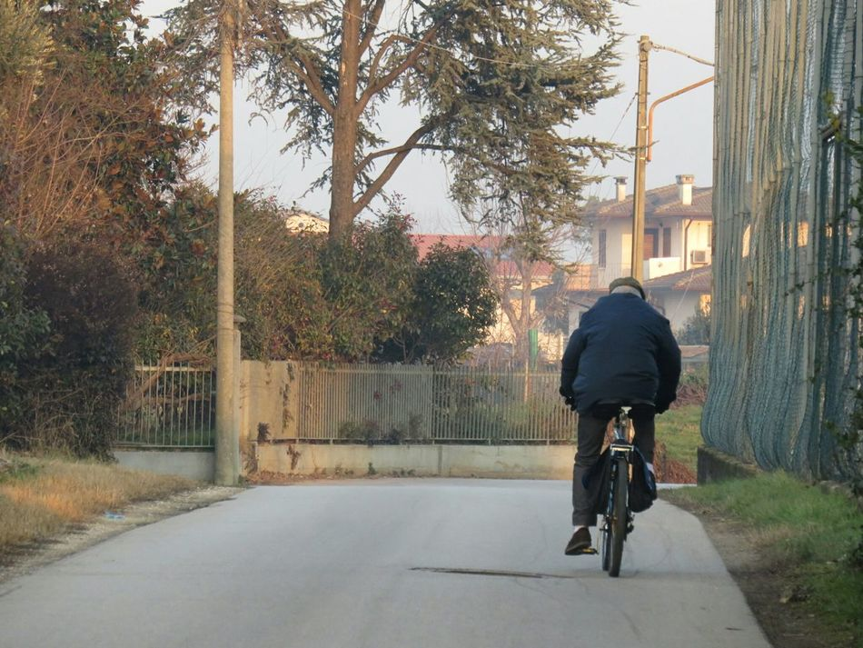 Man Bike Hold Man One Day Pedalando Eyeem Weekend EyeEm Gallery EyeEm Eyeemphotography Here Belongs To Me Urban Spring Fever Things I Like