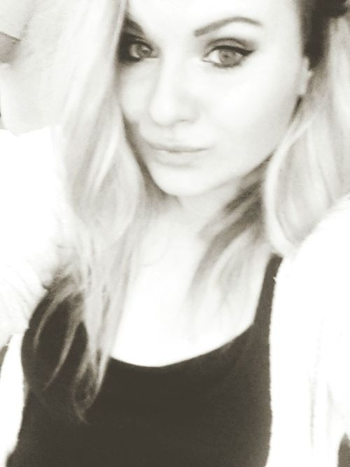 Hello World Kiss ✌ Selfie ✌ Blonde ♡ Eyeliner♥ Black & White Curly Hair Check This Out Women With Curves New Picture#JL.