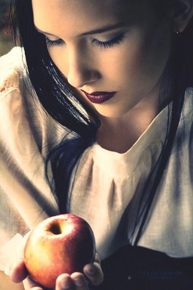 Verbotene Äpfel Taking Photos Bite People