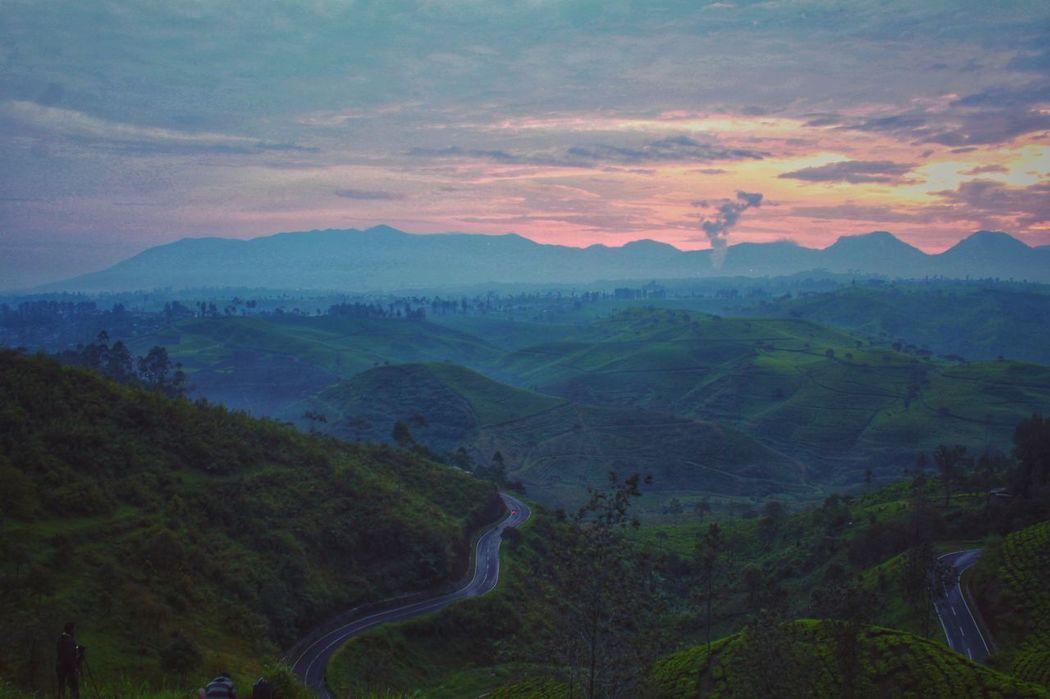 sunrise lovely pangalengan Landscape_photography Landscape #Nature #photography Sunrise Clouds And Sky Mountain Landscape Sunset Fog Mountain Range Scenics Outdoors Nature Sky Road Agriculture