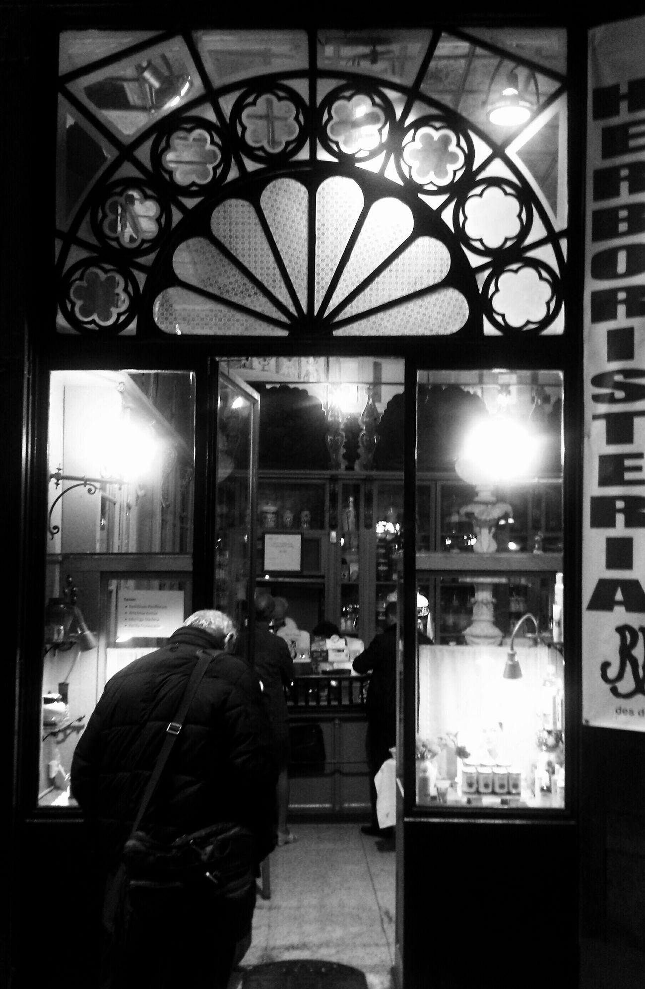 Mi Serie Barcelona Streetphotography Streetphoto_bw Light And Shadow Shades Of Grey